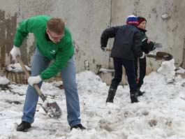 В Ижевске сотрудники Сбербанка с ребятами-воспитанниками детского дома вышли на субботник
