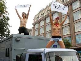 Украинские феминистки защищают Юлию Тимошенко топлес