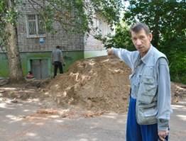 Опасная стройка на улице Карла Маркса в Ижевске: возле многоэтажки выкопали ров
