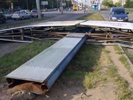 В Ижевске рядом с проезжей частью рухнул рекламный щит