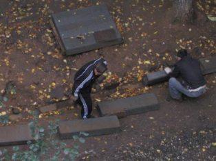 В Ижевске рабочие по несколько раз вкапывают и выкапывают одни и те же бордюры