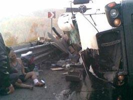 «Сладкое» ДТП: в Иркутской области перевернулся грузовик с конфетами
