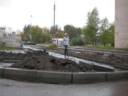 В Ижевске дворы ремонтируют под проливным дождем