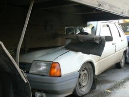 В Ижевске грузовик, двигаясь задним ходом, смял 4 машины