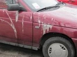 В Перми 12 машин облили кислотой