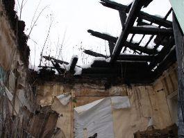 В Ижевске крыша барака рухнула прямо на кровать жильцов