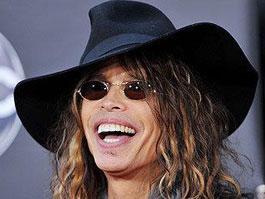 Солист Aerosmith Стивен Тайлер упал и потерял зубы