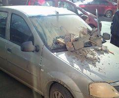 Иномарку в центре Ижевска искорежили недовольные жильцы дома?