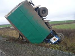 В Удмуртии грузовик протаранил легковушку и перевернулся