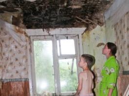 Ижевская семья две недели живет под открытым небом: с дырой в потолке