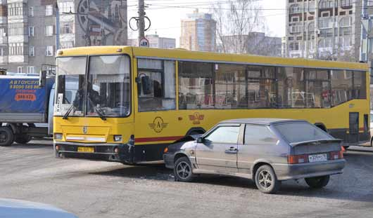 Авария в Ижевске: автобус перегородил Удмуртскую
