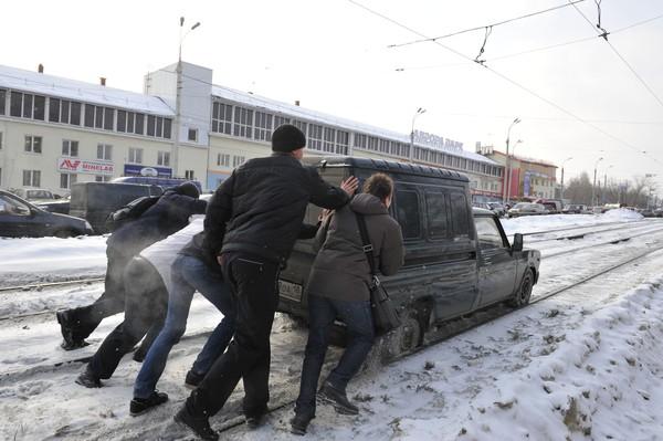 Фотофакт: в Ижевске автомобиль застрял на трамвайных путях