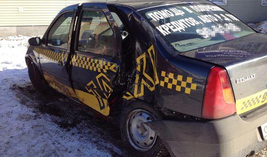 Такси в Ижевске попало в ДТП: пассажир погиб