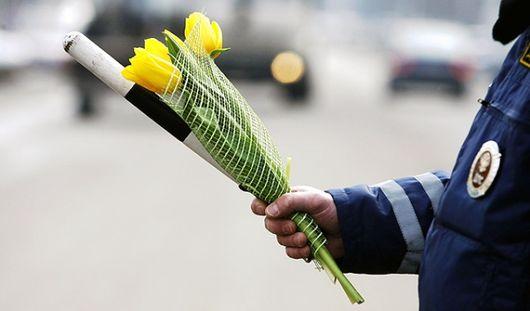 В Ижевске сотрудники ГИБДД вышли на улицы с цветами