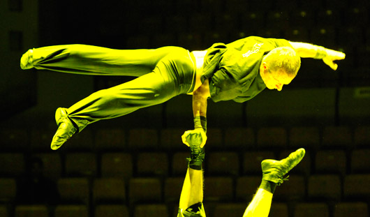Цирковой фестиваль в Ижевске: участники мерзнут и разминаются во всех уголках цирка