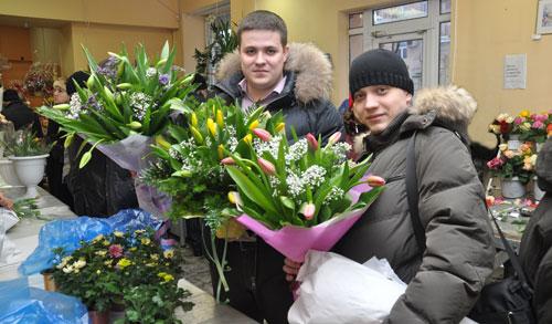 Фотофакт: 8-мартовский цветочный бум - ижевчане скупают цветы