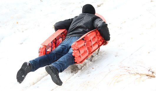 Масленица в Ижевске: студенты устроили гонки на дизайнерских санках