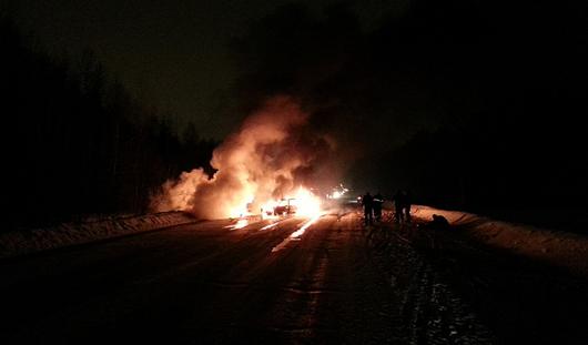 В Ижевске после аварии загорелись два автомобиля
