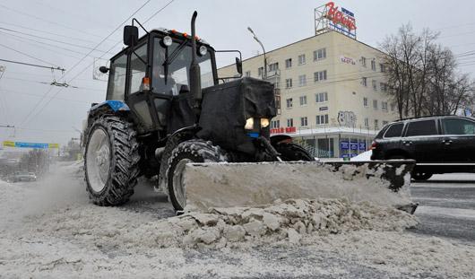 Фотофакт: дороги Ижевска чистят от снега 119 тракторов