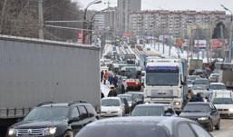 В Ижевске из-за вчерашнего снегопада много пробок и аварий