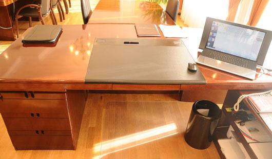 Как выглядят рабочие столы главы Ижевска и главного следователя Удмуртии