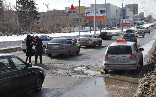 Фотофакт: из-за ям на дорогах Ижевска увеличилось число мелких аварий