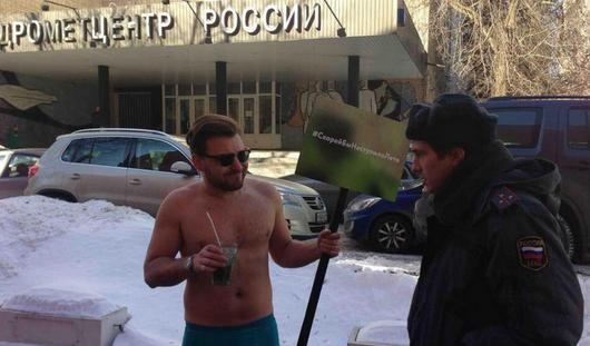 Полуголый мужчина вызывал весну в Москве