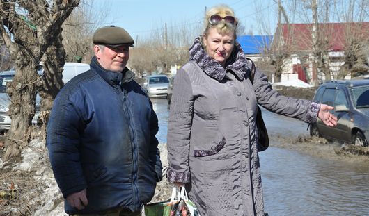 Паводок в Ижевске: жители улицы Партизанской строят дамбы