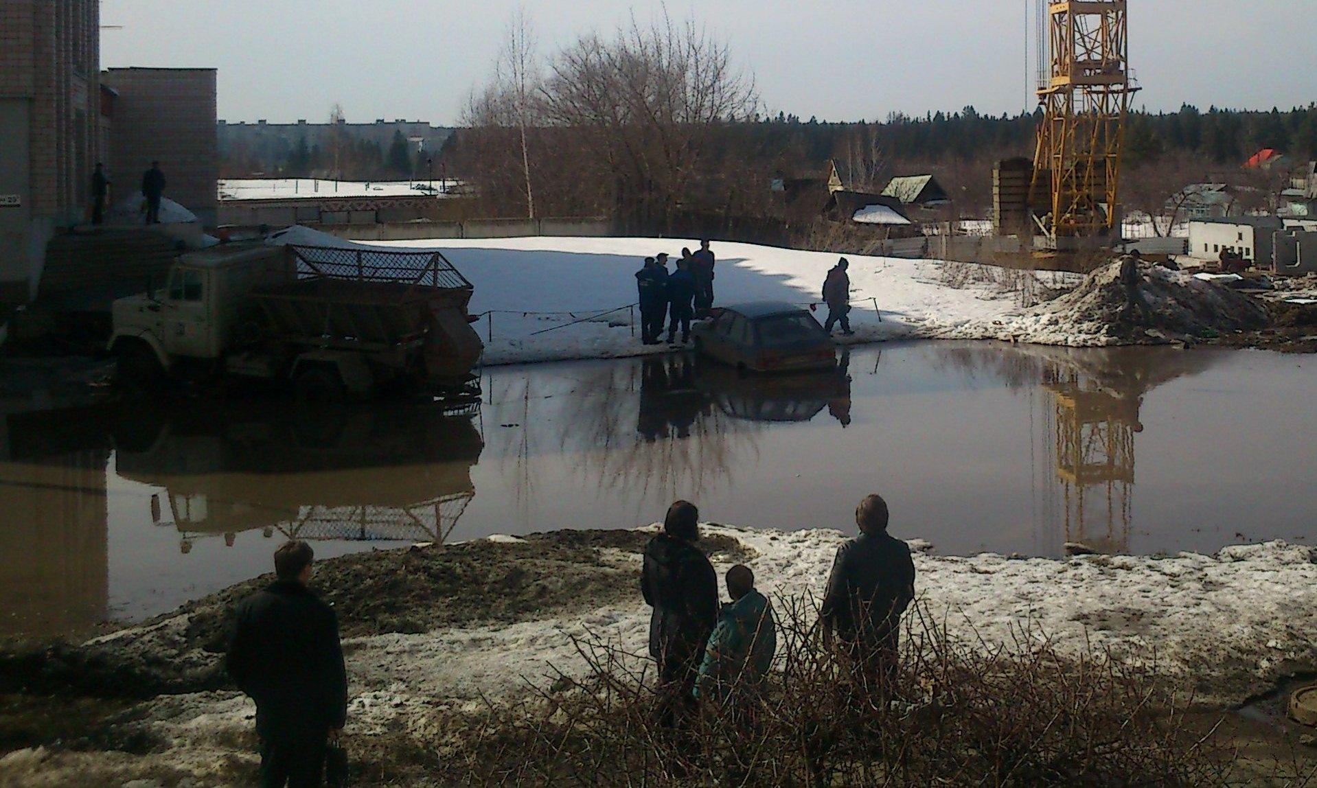 Фотофакт: на улице Холмогорова в Ижевске затопило машину