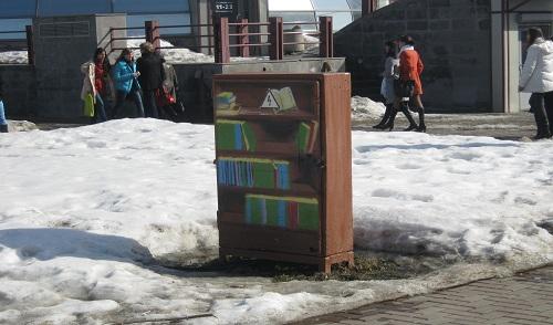 Фотофакт: в Ижевске на Центральной площади появился «книжный шкаф»