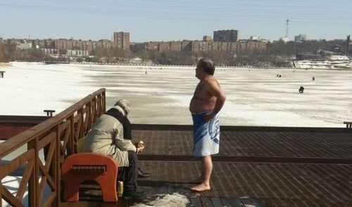 Фотофакт: суровые ижевчане открыли купальный сезон?