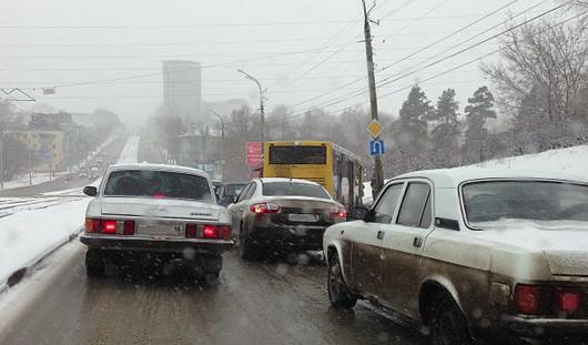 В Ижевске из-за скользкой дороги пассажирский автобус врезался в столб
