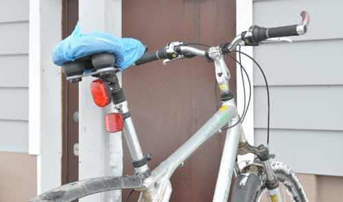 Фотофакт: находчивый горожанин укрыл от осадков «мягкое место» своего велосипеда