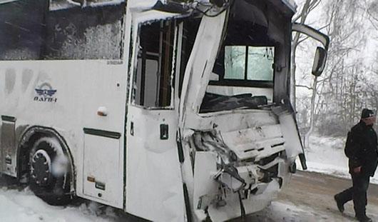 В Удмуртии пассажирский автобус въехал в фуру