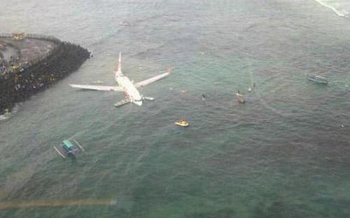 На Бали самолет приземлился в море
