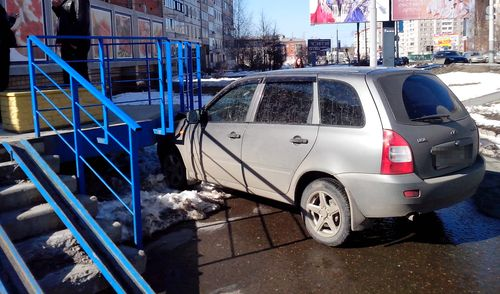 Фотофакт: ижевский водитель не слишком удачно припарковался