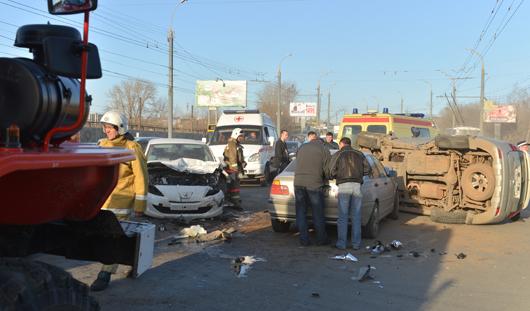 В Ижевске после лобовой аварии перевернулась иномарка