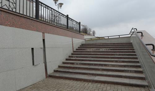 Фотофакт: на набережной Ижевска потрескались мраморные плиты