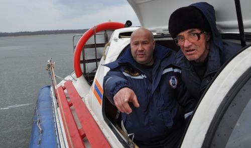 Фотофакт: спасатели эвакуируют рыбаков с тающего льда Ижевского пруда
