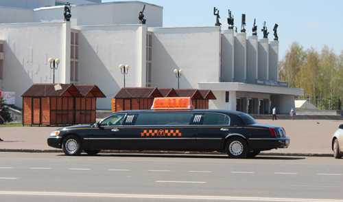 Фотофакт: таксисты возят ижевчан на лимузинах
