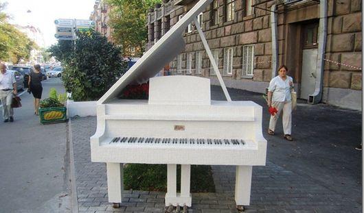 Белый рояль появится возле ижевской филармонии