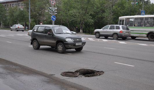 Дурацкий вопрос: почему в Ижевске колодцы делают на дорогах, а не на тротуарах?