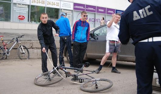 В Ижевске на парковке около ТЦ «Аврора-парк» сбили велосипедиста