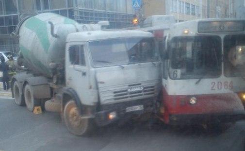 Дожди и КамАЗ, врезавшийся в троллейбус: о чем этим утром говорят в Ижевске