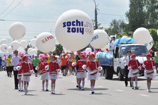 Боги Олимпа и автобус «Ижевск - Сочи»: карнавальное шествие прошло на Пушкинской