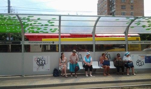 Фотофакт: вандалы изрисовали новую трамвайную остановку в Ижевске