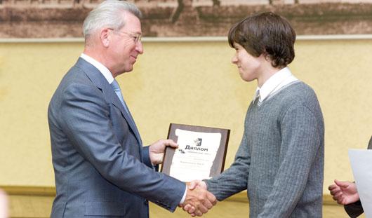 Накануне Дня города глава Ижевска вручил награды талантливым ученикам