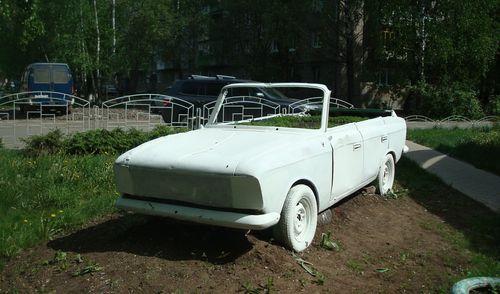 Фотофакт: ижевчане из старого авто сделали кабриолет-клумбу