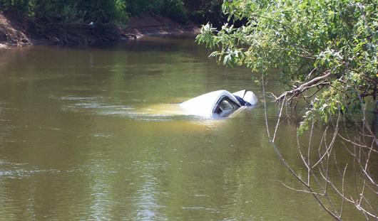 Спасатели Ижевска достали со дна реки Иж «Волгу» с водителем внутри