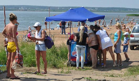 Фотофакт: ижевчане выстраиваются в очередь за мороженым